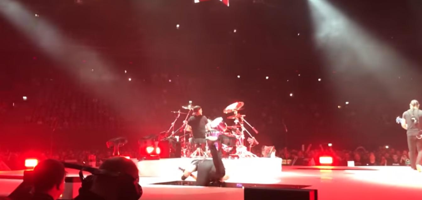 James Hetfield se cae en medio de un concierto. Vocalista de Metallica sufre caida.